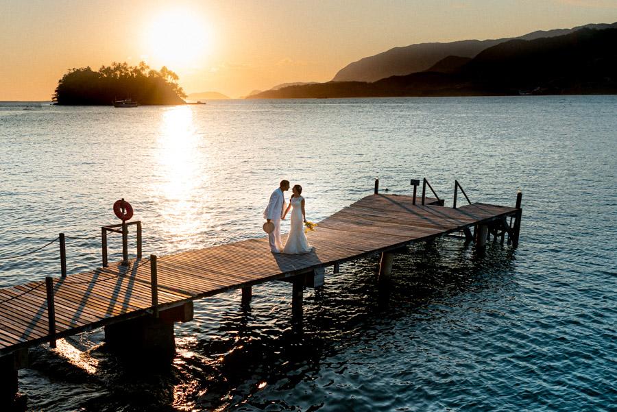 Casal de noivos filmado por drone